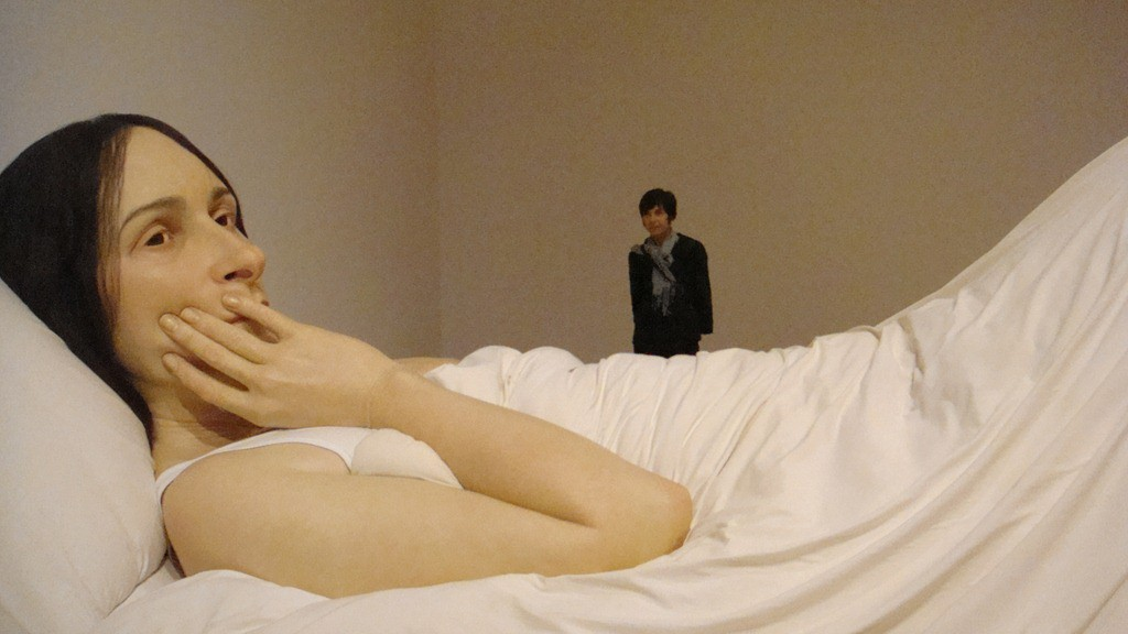 Ron-Mueck-Exhibition-In-Bed-Sculpture